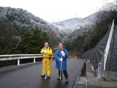 雪のちらつく山道