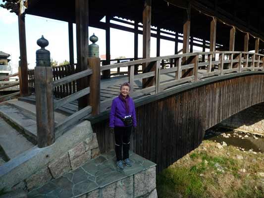 木製の屋根つきの橋